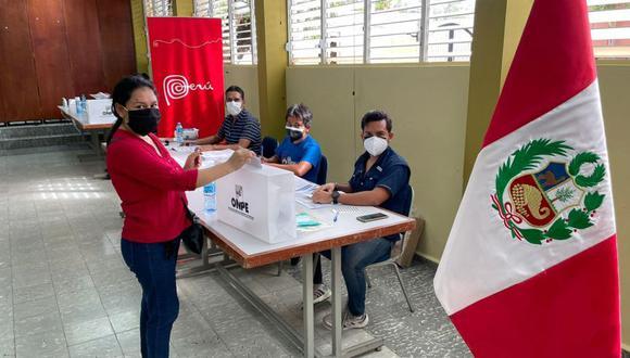 Una compatriota emite su voto en Santo Domingo (República Dominicana) en la primera vuelta de las Elecciones Generales 2021. . (Foto: Cancillería)