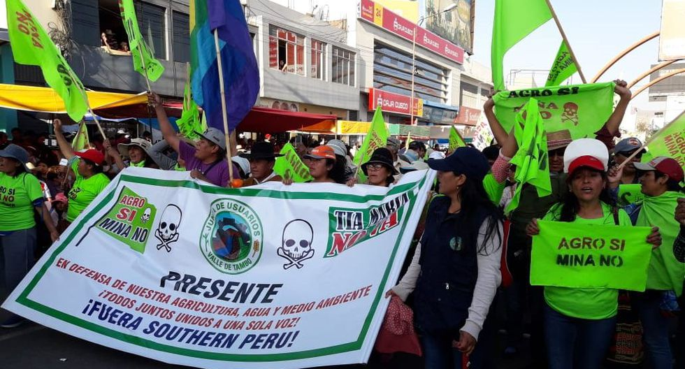 Aniversario de Arequipa: manifestantes y policías se enfrentaron en corso. (Foto: Zenaida Condori)