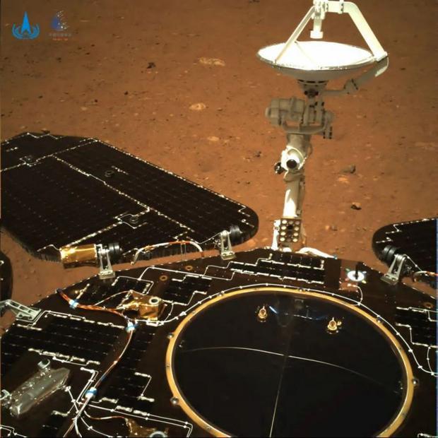 Las imágenes traseras muestran los paneles solares y el sistema de comunicación de antenas del robot. (CNSA)