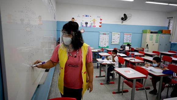 Niños retoman las clases en la escuela estatal Raúl Antonio Fragoso, en Sao Paulo, Brasil, tras un año de cierre por la pandemia de coronavirus. (Foto: EFE/FERNANDO BIZERRA).