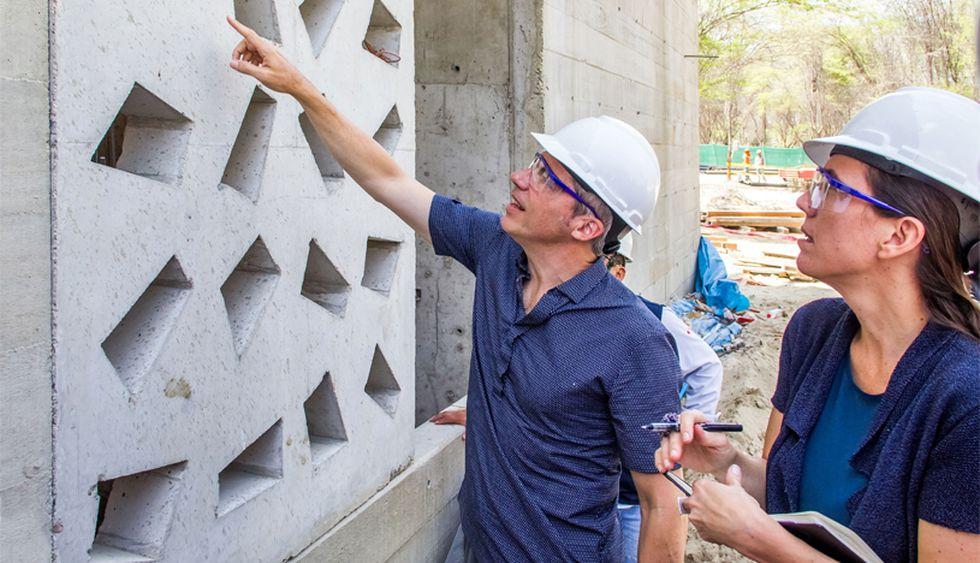 Sandra y Jean Pierre en pleno trabajo durante la construcción del edificio de la Universidad de Piura que ellos diseñaron. (Foto: Barclay & Crousse)