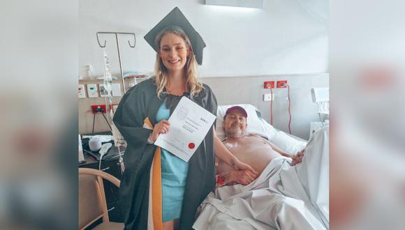 Una recién graduada se toma foto junto a su padre internado. (Foto: Kassidy Fisher / LinkedIn)