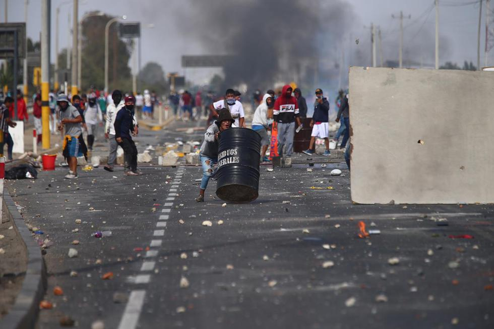 Cerca de 500 efectivos policiales de la Dirección de Operaciones Especiales (Diroes) llegaron hasta el lugar con la finalidad de desbloquear este tramo de la Panamericana Sur y permitir el normal tránsito de los buses y camiones que quedaron varados. (Foto : Hugo Curotto / GEC)