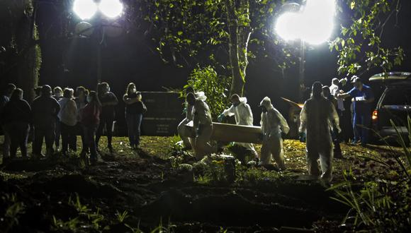 Una víctima de coronavirus es enterrada en el cementerio de Vila Formosa, en Sao Paulo, Brasil, el 31 de marzo de 2021. (Foto de Miguel SCHINCARIOL / AFP).