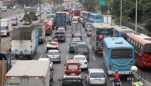 Se observa una largas filas de camiones, autos, taxis, buses de transporte público, entre otras unidades, en el lugar afectado. Foto: Eduardo Cavero/ @photo.gec