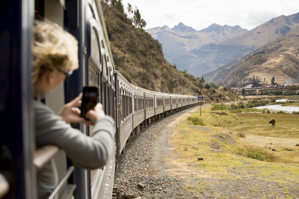 A 4.300 m.s.n.m., en el abra que delimita Puno y Cusco, Diego Muñoz atiza el fuego para inmortalizar en una postal su nueva aventura. (Fotos: Richard Hirano)