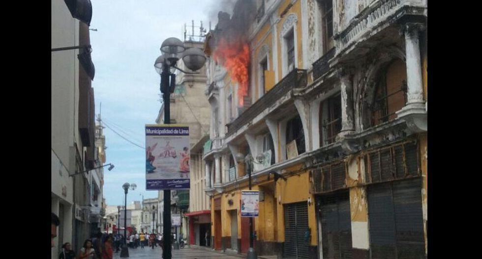 Jr. de la Unión: bomberos sofocaron incendio en casona [FOTOS] - 2