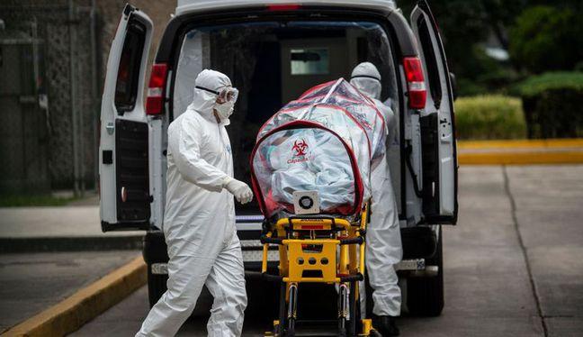 Un total de 1.048 personas fallecieron de COVID en su domicilio o la vía pública. (Foto: AFP)