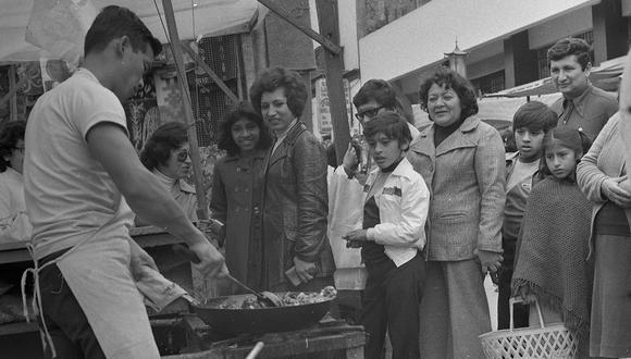 """El 16 de setiembre de 1979, un cronista de El Comercio capturó la exhibición culinaria de un cocinero chino que había instalado un """"chifa ambulante"""" en la sexta cuadra del jirón Andahuaylas, a espaldas del mercado Mariscal Castilla, en el Cercado de Lima. (Foto: GEC Archivo Histórico)"""