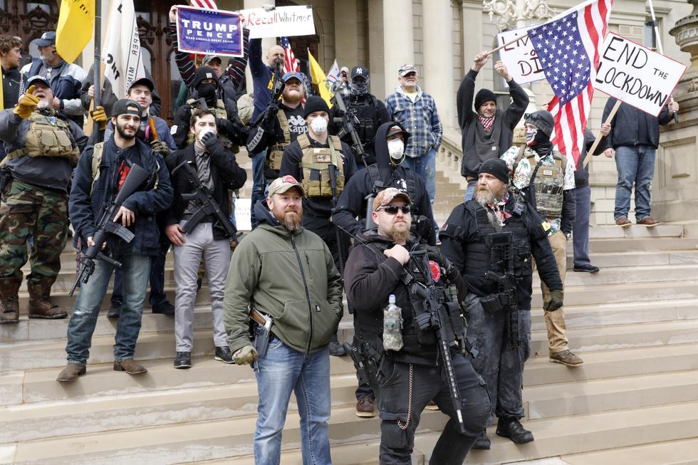 """La gente participa en una protesta por """"Michiganders Against Excessive Quarantine"""" en el Capitolio del Estado de Michigan. (Foto: JEFF KOWALSKY / AFP)."""