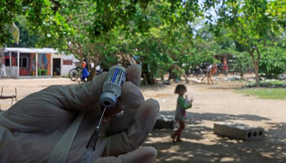 Un vacunador prepara la dosis de la vacuna Janssen contra la COVID-19 durante unas jornadas de vacunación con las que la autoridad de Salud busca inmunizar a las personas en condición de vulnerabilidad en las calles, en Cartagena (Colombia). EFE