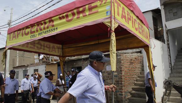 Las autoridades procedieron a desmontar los toldos que obstruían las veredas y las pistas. (Foto: MML)
