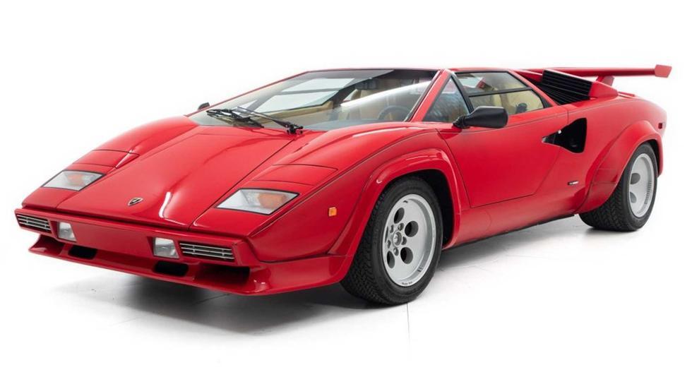 Mario Andretti, excampeón de la Fórmula 1, condujo por muchos años este Lamborghini Countach en color rojo. Hoy su precio base es de US$ 499 mil. (Fotos Motor Car Gallery).