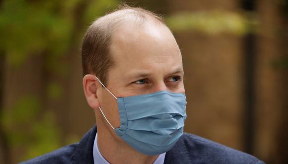 En esta foto de archivo tomada el 20 de octubre de 2020, el príncipe Guillermo de Gran Bretaña usa una máscara facial mientras visita el Hospital St. Bartholomew en Londres. El príncipe dio positivo por coronavirus en abril según informa la prensa local. (Matt Dunham / POOL / AFP).