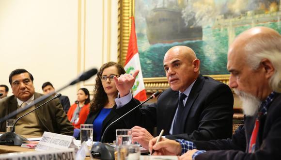 Los ex presidentes del TC Víctor García Toma (izq) y Ernesto Álvarez (der.) firman el documento. Ambos también fueron citados al Congreso para dar su opinión sobre la reforma política. (Foto: Congreso).