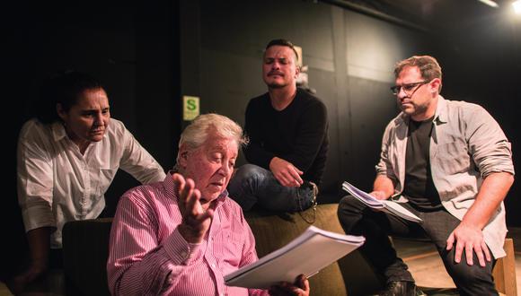 Osvaldo Cattone repasa su libreto con el director Juan Carlos Fisher (de camisa) y parte del elenco: Monserrat Brugué y Óscar López Arias. También actúan Wendy Vásquez, Rómulo Assereto y Michella Chale. (Foto: Elías Alfageme)