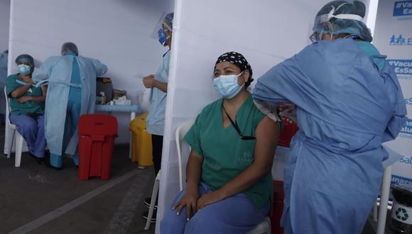 Medicos de primera linea de Essalud reciben la vacuna contra el Covid-19 - Fotos: Leandro Britto / @photo.gec