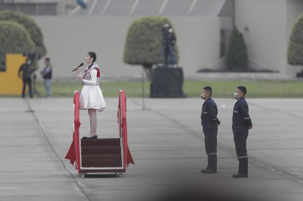 La Gran Parada Militar, por los 200 Años de la Independencia del Perú, se desarrolla este 2021 sin público en la sede del Cuartel General del Ejército (exPentagonito). La soprano Ariadna Hermosa, de 13 años, entonó las notas del himno nacional en quechua, aimara, ashaninka, shipibo y awajún.  (Foto: Renzo Salazar)
