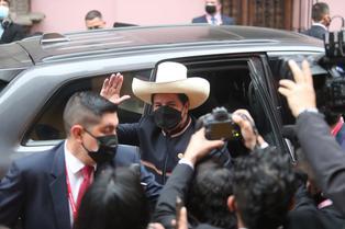 Pedro Castillo aparece por primera vez antes de recibir la banda presidencial