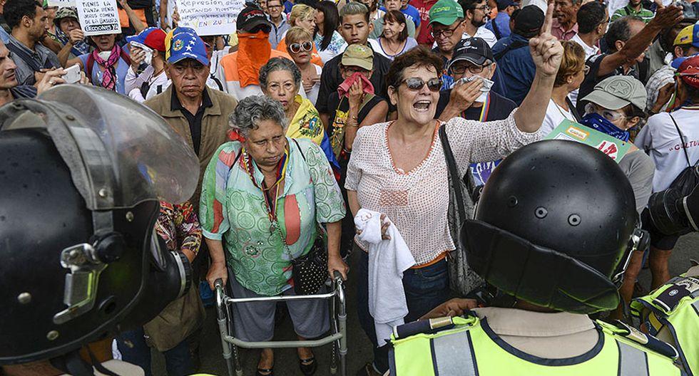 """""""Respeten a los viejos"""": Policía reprime a ancianos en Caracas - 9"""
