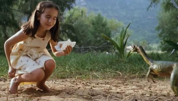 El momento en el que Cathy se encuentra con un pequeño dinosaurio, sin iamginar el peligro que corría (Foto: Universal Pictures)