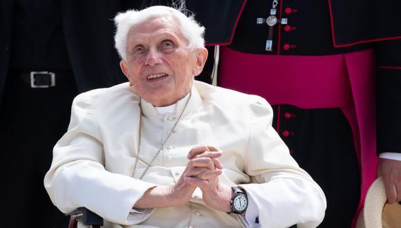 Esta foto de archivo tomada el 22 de junio de 2020 muestra al papa emérito Benedicto XVI en el aeropuerto de Munich, en el sur de Alemania, después de visitar a su hermano. (Foto: Sven Hoppe / POOL / AFP).