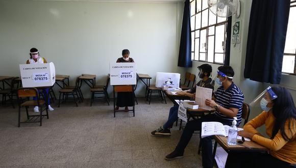 Con el nuevo horario del voto escalonado, los adultos mayores podrán sufragar en horas de la tarde y ya no en la mañana | Foto: Jessica Vicente/@photo.gec