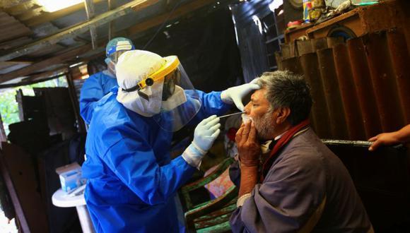 Un trabajador de la salud toma una muestra de hisopo nasal para detectar la enfermedad del coronavirus (COVID-19) en Narcizo, de 64 años, dentro de su casa sobre una chinampa, o jardín flotante, en Xochimilco, una de las zonas altamente contagiosas, en las afueras de la Ciudad de México. (Foto: REUTERS / Edgard Garrido).