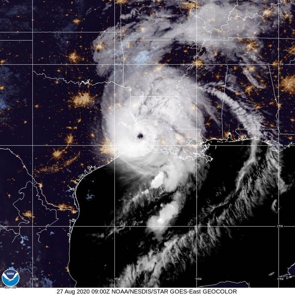 Una imagen distribuida por la Administración Nacional Oceánica y Atmosférica (NOAA) muestra al huracán Laura tocando tierra en la frontera entre Luisiana y Texas, EE. UU. (Foto: EFE)