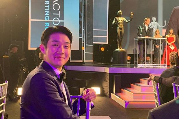 Choi Woo Shik and the photo he shared on his networks when Brad Pit received his statuette at the Oscars 2020 (Photo: Instagram)