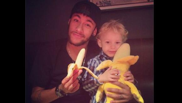 Neymar alzó la voz por el plátano que lanzaron a Dani Alves