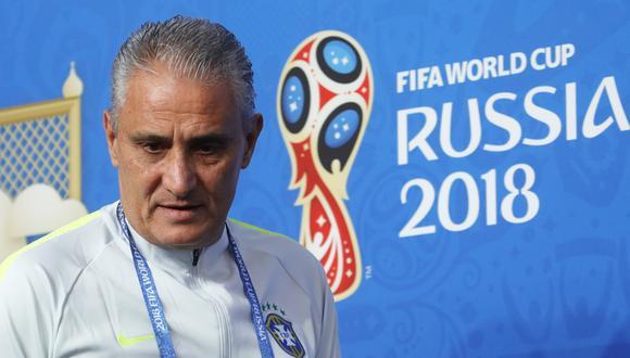 El entrenador de Brasil admitió que sintió un pequeño dolor después de la caída que sufrió al momento de festejar el gol inicial ante Costa Rica, por la segunda fecha de Rusia 2018. (Foto: AFP)