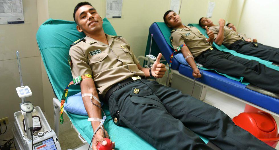 Policías donan sangre para bomberos quemados