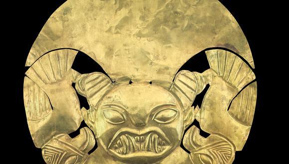 Esta pieza pertenece a la cultura Mochica (1 dC - 800 dC). Es el adorno frontal de un tocado de oro de 18 quilates. Representa la cabeza de felino con tocado de media luna y dos aves. (Fotos: WHE)