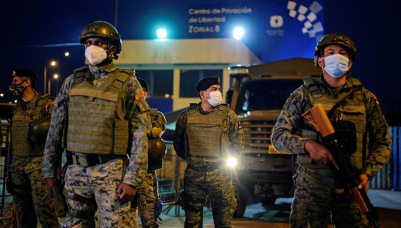 Soldados montan guardia afuera de una prisión donde los reclusos fueron asesinados durante un motín que el gobierno describió como una acción concertada de organizaciones criminales, en Guayaquil, Ecuador, 23 de febrero de 2021. (REUTERS/Vicente Gaibor del Pino).