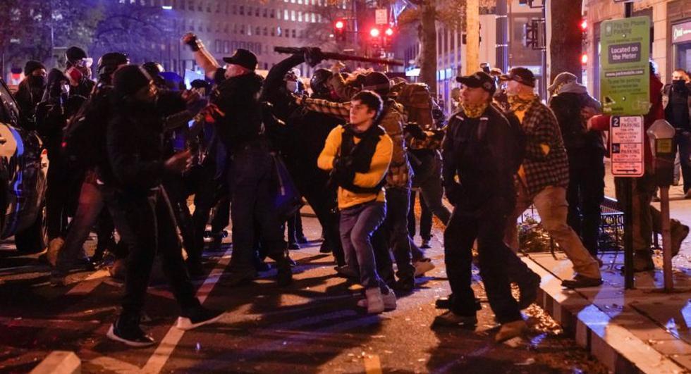 Miembros del grupo de extrema derecha Proud Boys chocan con contramanifestantes, en el centro de Washington, EE. UU. (Foto: REUTERS / Erin Scott).