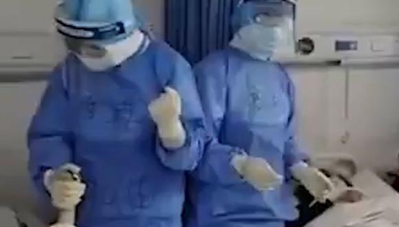En las imágenes se ve como los especialistas, vestidos con trajes protectores, sostienen las manos de las personas infectadas y al compás de la música entonan una inspiradora canción. (Foto: Captura de pantalla)