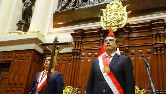 Martín Vizcarra, que hasta hoy fue primer vicepresidente y embajador peruano en Canadá, recibió la banda presidencial y juró al cargo, que deberá ejercer hasta el 28 de julio de 2021, ante el presidente del Congreso, el fujimorista Luis Galarreta. (Foto: Andina)