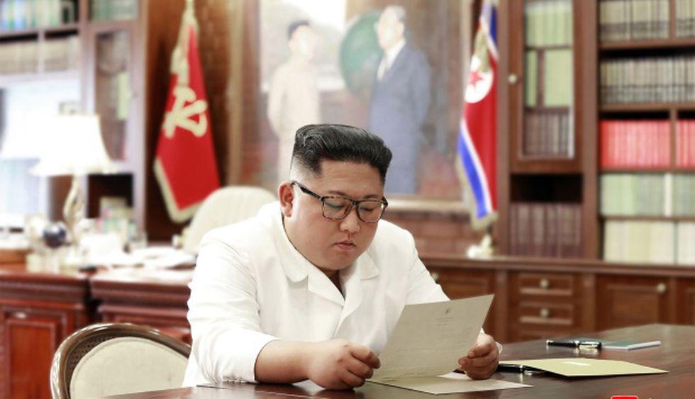 Foto publicada por la KCNA el 23 de junio de 2019 muestra al líder norcoreano Kim Jong Un leyendo una carta personal del Presidente de los Estados Unidos, Donald Trump. (Foto: AFP)