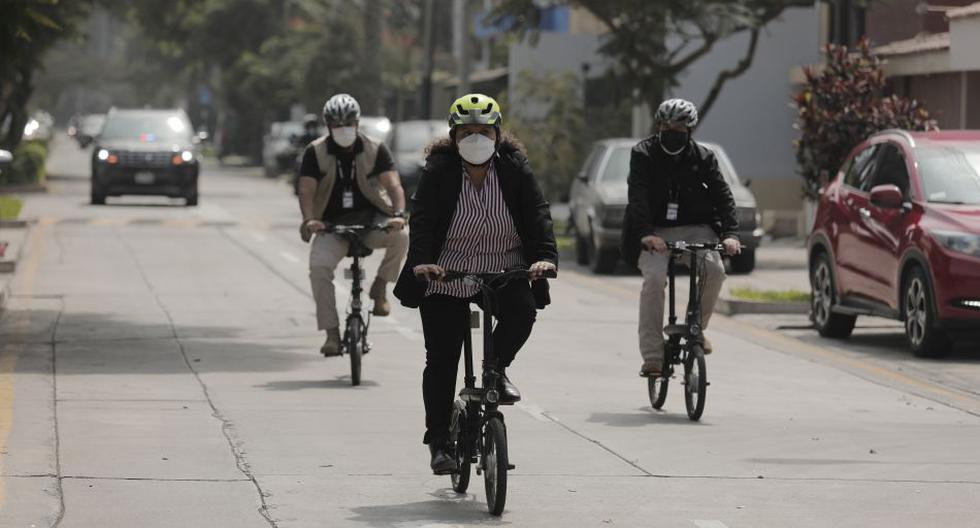 La ministra de Vivienda, Solange Fernández, es una de las miles de personas que ha elegido la bicicleta como medio de transporte. En esta imagen, va acompañada de sus dos agentes de seguridad hasta el local del Ministerio de Vivienda, Construcción y Saneamiento. (Foto: Leandro Britto/GEC)
