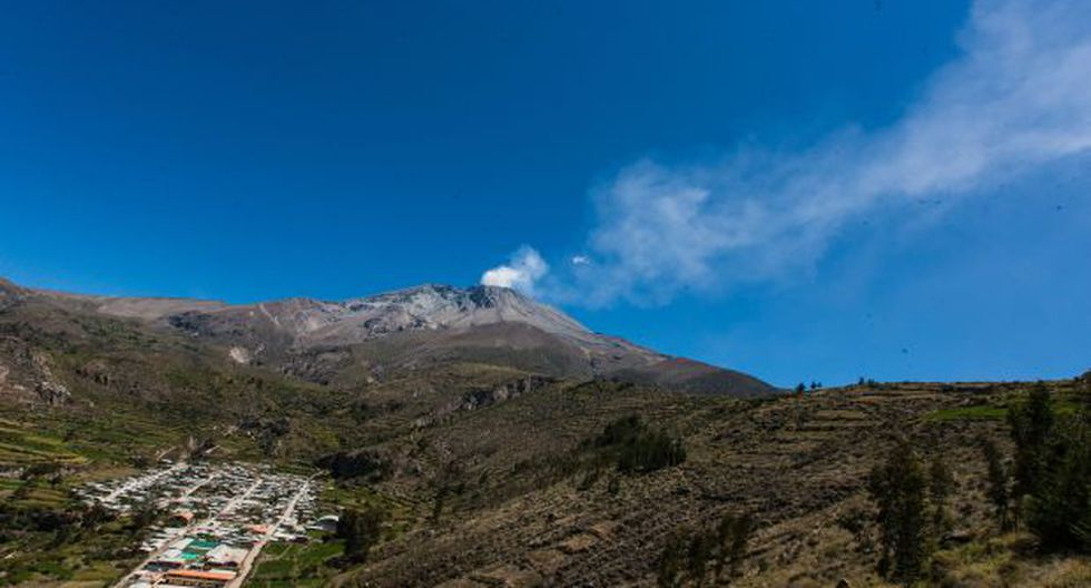 Volcán Ubinas tuvo nueva emisión de cenizas esta mañana