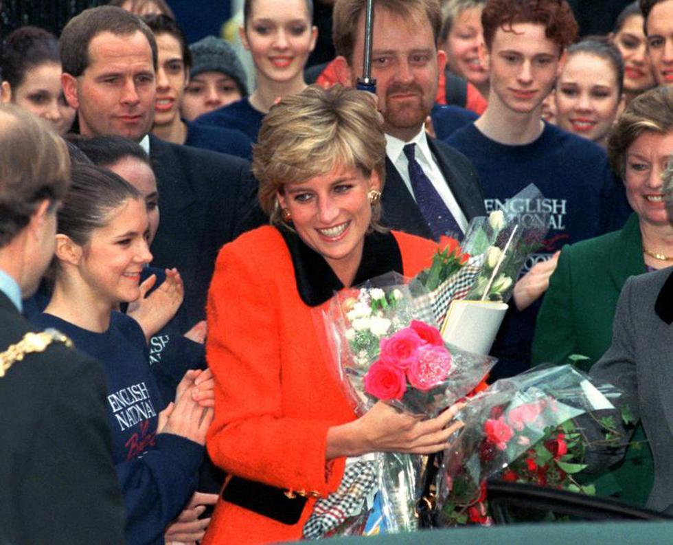 En esta fotografía del 6 de diciembre de 1995 Diana, la princesa de Gales, sonríe tras recibir un ramo de flores de admiradores al salir de la ceremonia inaugural de la escuela del Ballet Nacional de Inglaterra. (Foto AP/Jacqueline Arzt, archivo).