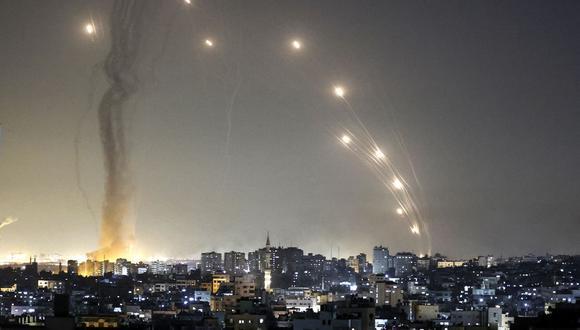 Lanzamiento de cohetes hacia Israel desde la ciudad de Gaza, controlada por el movimiento palestino Hamas, el 11 de mayo de 2021. (Foto de MAHMUD HAMS / AFP).
