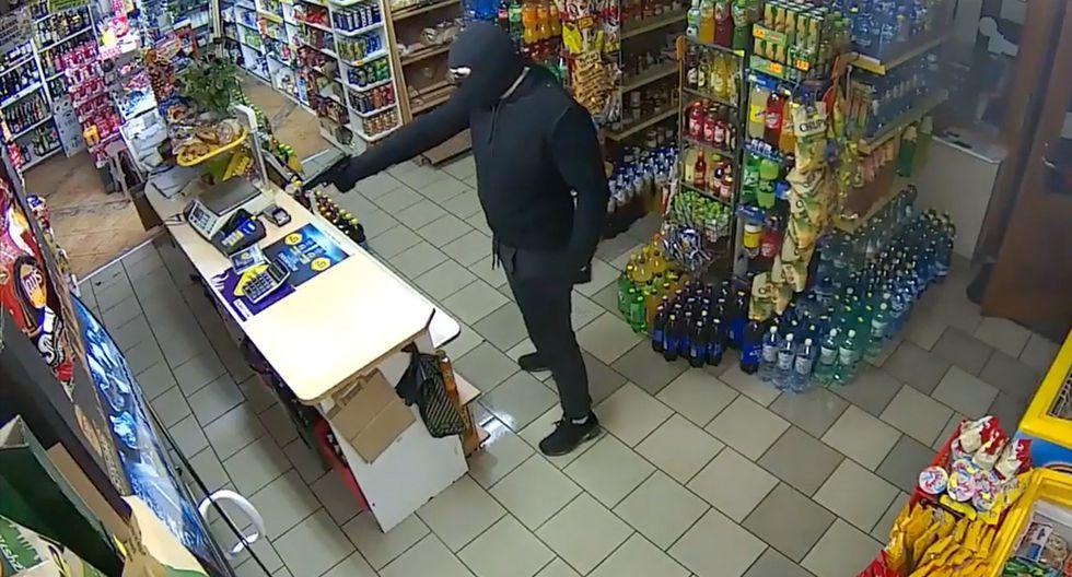 Ladrón con una pistola intenta asaltar una tienda, pero acaba huyendo tras ser enfrentado por una mujer 'armada' con una escoba. (YouTube)