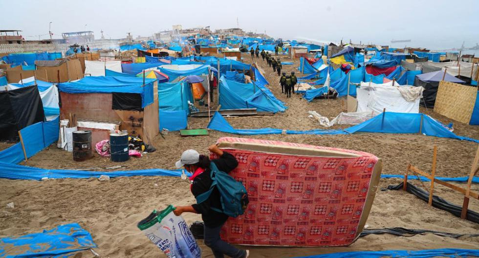 Dos mil policías desalojaron a ocupantes informales que levantaron precarias viviendas en esta área intangible y susceptible a deslizamientos. (Foto: Hugo Curotto/GEC)