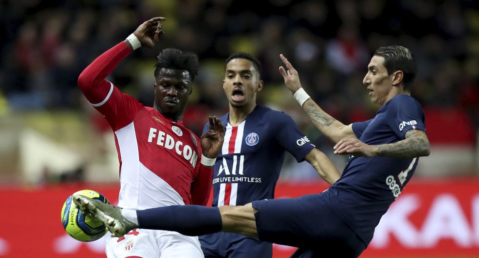 Monaco's Keita Balde, left, fights for the ball with PSG's Angel Di Maria, right, during the French League One soccer match between Monaco and Paris Saint-Germain at the Louis II stadium in Monaco, France, Wednesday, Jan. 15, 2019. (AP Photo/Daniel Cole)