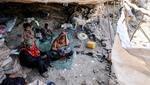 Alrededor de 24 de los 30 millones de habitantes de Yemen necesitan ayuda, pero, en medio del conflicto, que se alarga ya por más de seisaños, los trabajadores humanitarios tienen muy difícil realizar su labor. Los problemas económicos y las hambrunas continúan extendiéndose y la guerra podría agravarse este año debido a la competencia por el control de los campos petroleros del país, causando aún más muertes entre la población civil. (Foto: Ahmad Al-Basha / AFP / Getty Images).