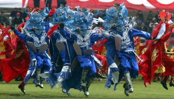 Danzantes con trajes azules bailan durante la celebración de la Virgen de la Candelaria en el 2005. (Foto: Richard Hirano)