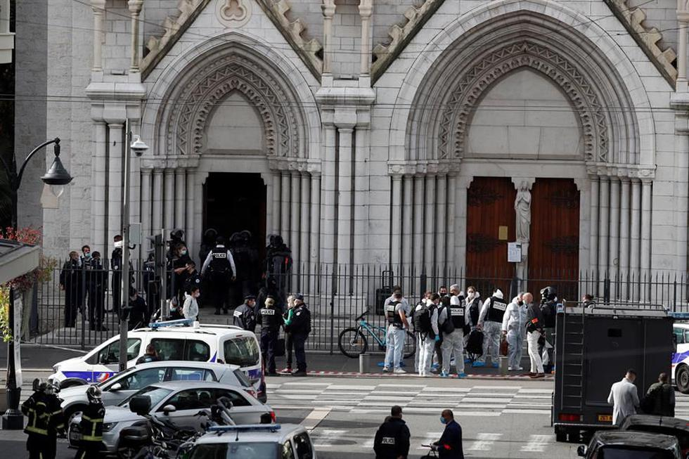 Policías franceses se encuentran en la entrada de la iglesia Basílica de Notre Dame en Niza, Francia, tras un ataque terrorista con cuchillo. (EFE / EPA / SEBASTIEN NOGIER).