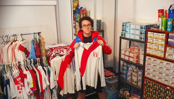 El peruano Miguel Montalvo en sus dominios: entre las camisetas mundialistas de su colección y los Panini desde 1970. FOTO: Archivo Familiar.